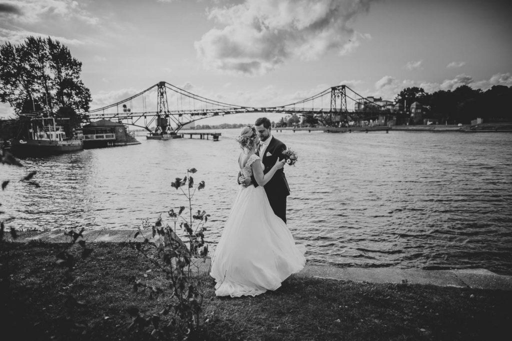 Hochzeitspaar vor der Kaiser Wilhelm Brücke