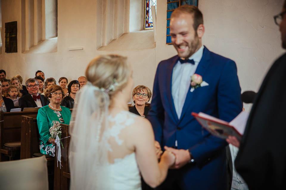 Während eines emotionalen Moments ist eine wichtige Person des Brautpaar von beiden eingerahmt.
