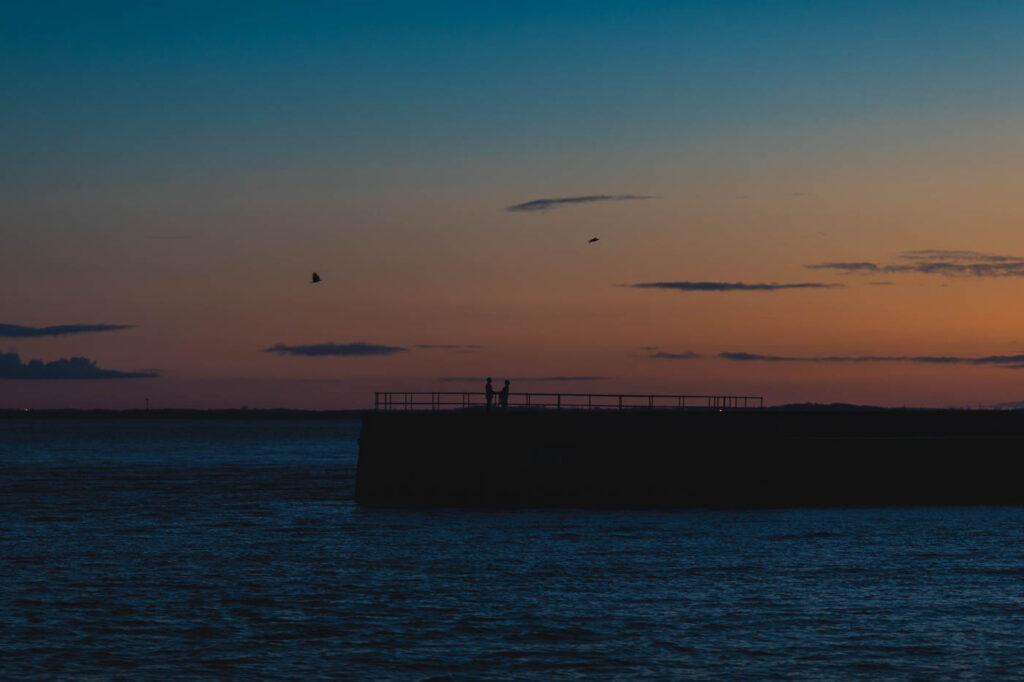 Hochzeitsfoto an der alten Mole in Wilhelmshaven bei Sonnenuntergang