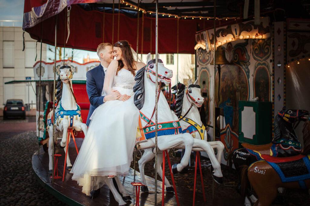 Hochzeitspaar auf einem Karussell in Jever
