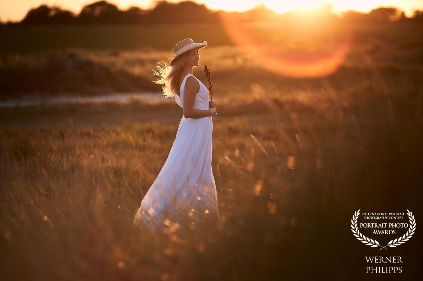Frau bei Sonnenuntergang in Schillig